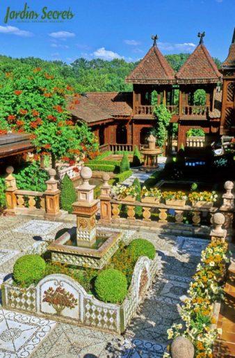 Loges de la folie et calades @Lansard Les Jardins Secrets évasion insolite proche d'Annecy visite-insolite-evasion-proche-annecy-les-jardins-secrets-famille-enfants-parc-fleurs-plantes-arbres-site-incontournable-vaulx-haute-savoieaix-les-bains-promenade-bucolique