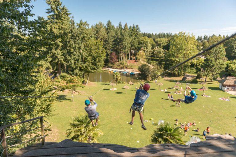 les_ormes_tyrolienne_002 Location Camping'Hutte, Domaine des Ormes, séjour en Bretagne location-sweet-home-weekend-insolite-sejour-amoureux-vacances-famille-nuit-cabane-amis-cottage-mobilhome-gite-hotel-loisirs-detente-golf-centre-equestre-equitation-cheval-ormes-domaine-resort