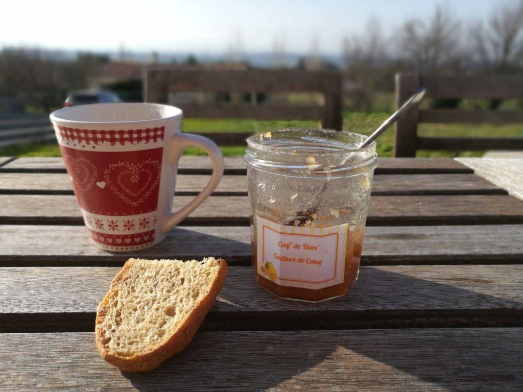 Votre petit déjeuner, ici, en terrasse, au soleil, avec vue sur les Pyrénées domaine de Campras à Saissac