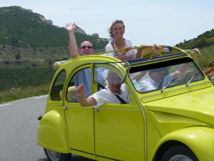 2'Moiselles Location de 2cv Citroën : 2Moiselles près de Carcassonne location-de-voiture-insolite-citroen-2-cv-decapotable-pres-carcassonne-balade-montolieu-montagne-noire-vehicule-ancien-romantique-amoureux-2moiselles