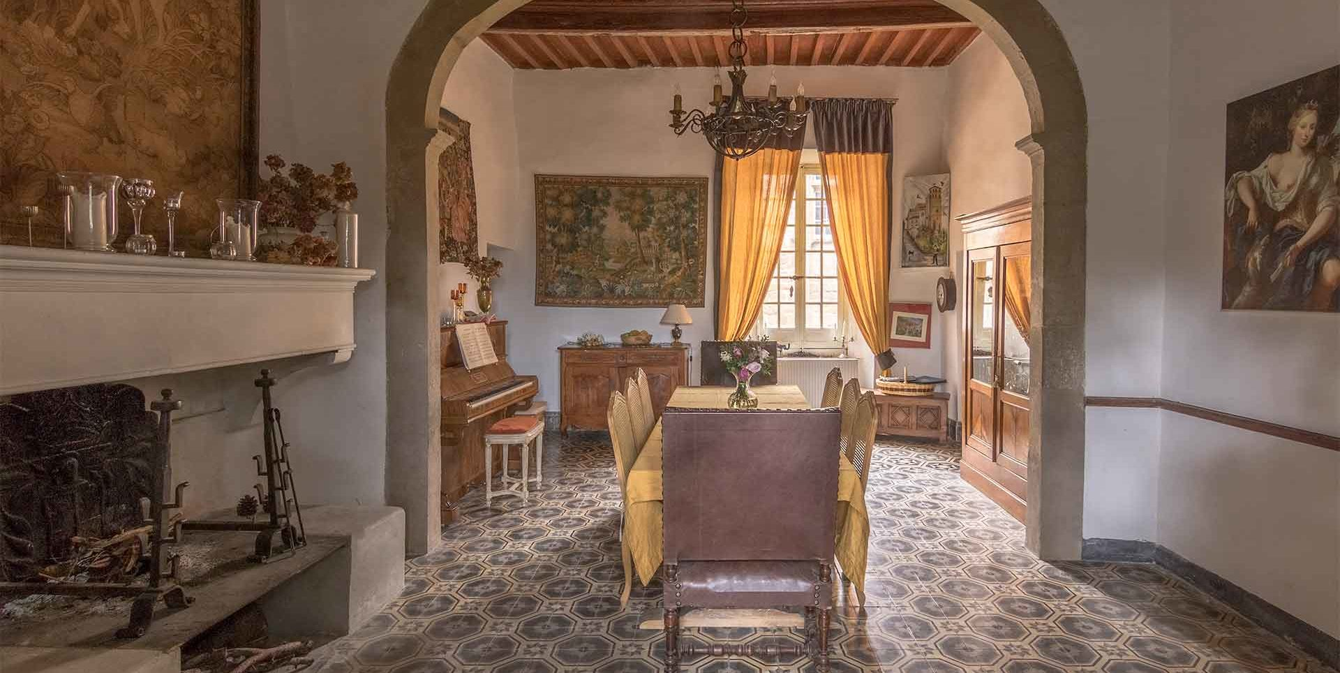 Salle-à-Manger Chambres d'hôtes de charme au Château de Puichéric weekend-insolite-hebergement-atypique-sejour-romantique-nuit-amoureux-chambres-hotes-de-charme-au-chateau-de-puicheric-aveyron-occitanie-carcassonne