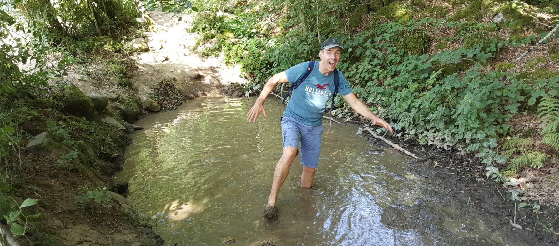 Sentier pieds nus La Ferme Aventure dans les Vosges dans la boue Damien Herbreteau weekend we end-end