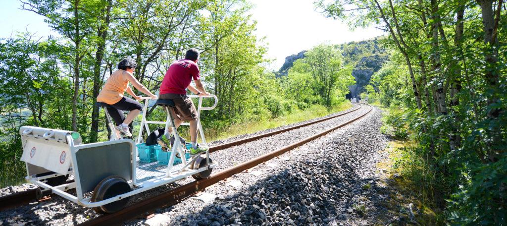 45-Velorail-du-Larzac©J.Holdrinet Vélorail du Larzac, activité originale en Aveyron location-velorail-du-larzac-activite-originale-visite-famille-enfants-activite-loisirs-detente-sportive-balade-aveyron-millau-sainte-eulalie-de-cernon-parcours-ludique