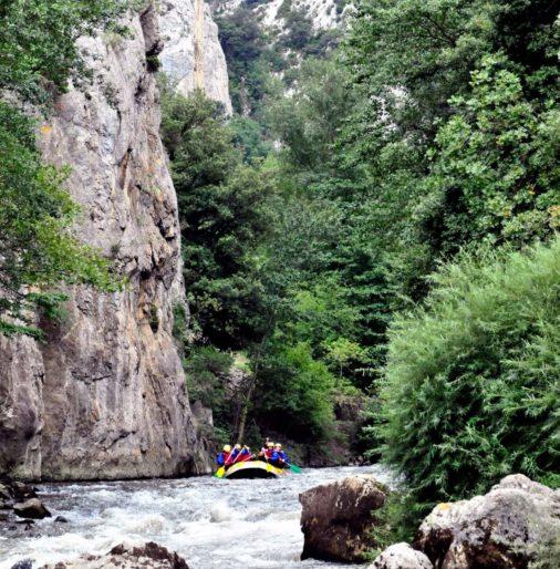 Eazurizon : Rafting sport d'eau vive à Axat et Quillan eaurizon-rafting-aude-herault-pyrenees-orientales-location-occitanie-puicheric-riviere-activite-loisirs-famille-enfants-bivouac-parcours-randonnee