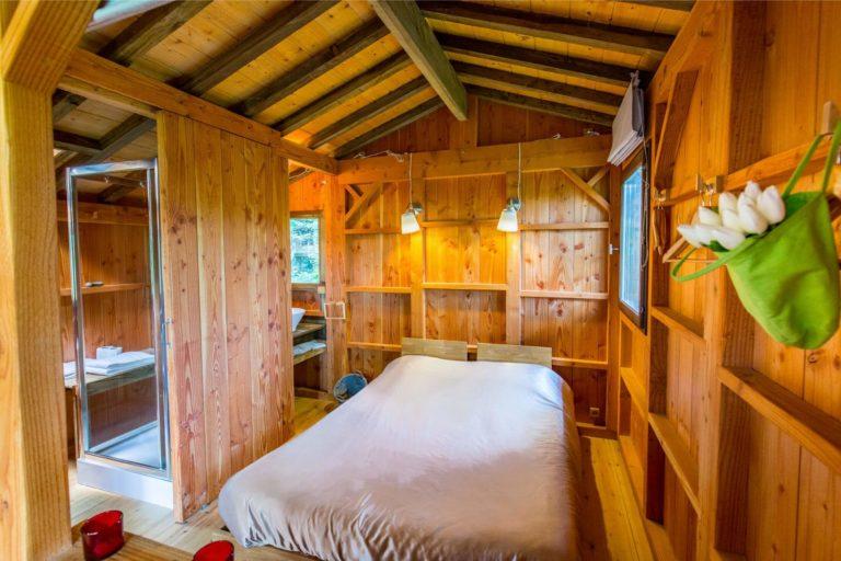 chambre cabane Séjour en cabane jacuzzi cœur du Gers Domaine d'Escapa sejour-insolite-cabane-famille-spa-jacuzzi-we-weekend-atypique-domaine-escapa-estipouy-auch-tarbes-gers-occitanie