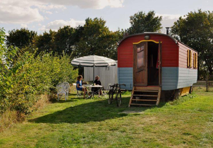 Hébergement insolite: Dormir dans une Cabane de Berger Nuitée dans des Roulottes Le Manoir du Bois Joly Gîte dans le Perche Arcisses Julien Béliver