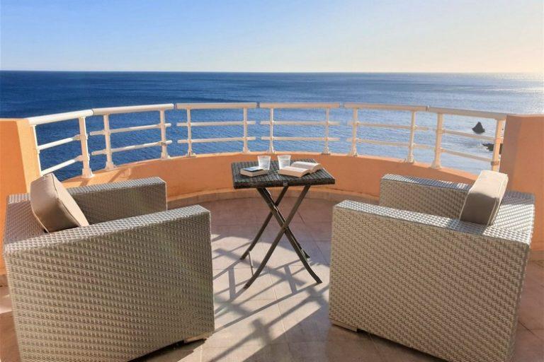 Location d'appartement avec terrasse vue mer au Trayas (06) avec HC Azur et France Week-end