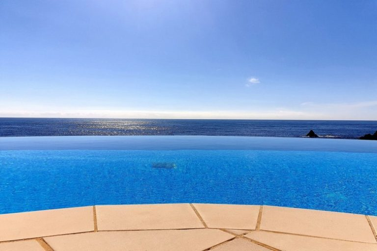 Piscine à débordement au Cap Nérée face à la Méditerranée dans une résidence au Trayas