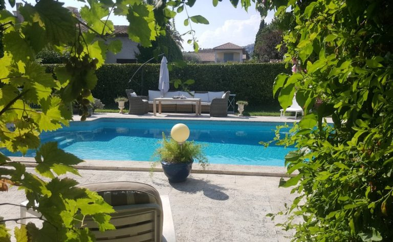 chambre-hotes-mandelieu-clos-des-vignes-jardin-piscine
