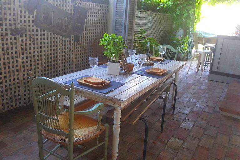 chambre-hotes-mandelieu-clos-des-vignes-table-commune-conviviale